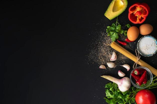 Vue de dessus espace de copie de différents ingrédients frais pour la cuisson sur les tables noires
