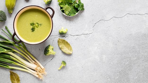 Vue de dessus de l'espace de copie de soupe au brocoli