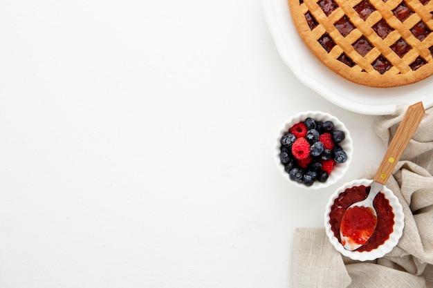 Vue de dessus de l'espace de copie de tarte aux fruits de la forêt