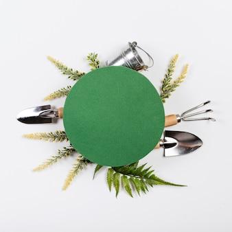 Vue de dessus espace copie vert entouré d'outils de jardinage