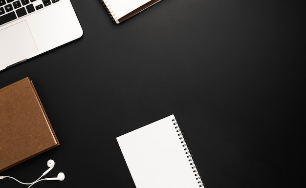 Vue de dessus de l'espace de travail avec agenda et carnet