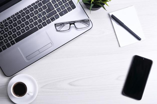 Vue de dessus de l'espace de travail de bureau, table de bureau en bois avec ordinateur portable