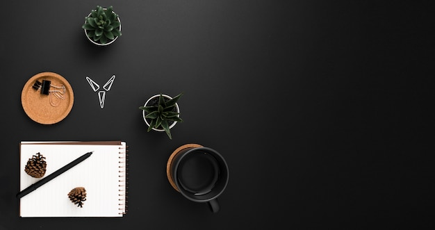 Vue de dessus de l'espace de travail avec carnet et plantes succulentes
