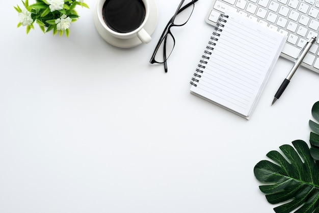 Vue de dessus de l'espace de travail le clavier, les lunettes, la souris et l'équipement de travail sont placés sur le bureau.