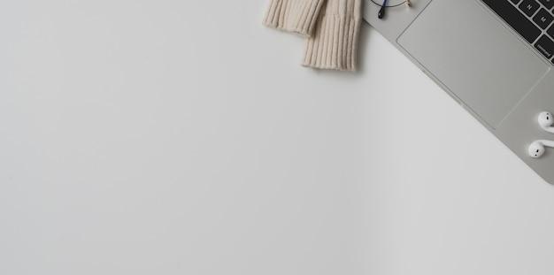 Vue de dessus d'un espace de travail confortable avec espace de copie et ordinateur portable sur fond de tableau blanc