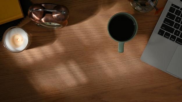Vue de dessus de l'espace de travail avec des décorations de tasse de café pour ordinateur portable