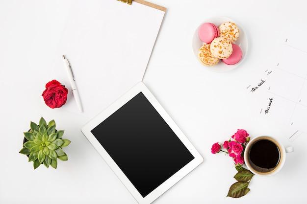 Vue de dessus de l'espace de travail féminin de bureau blanc avec ordinateur portable