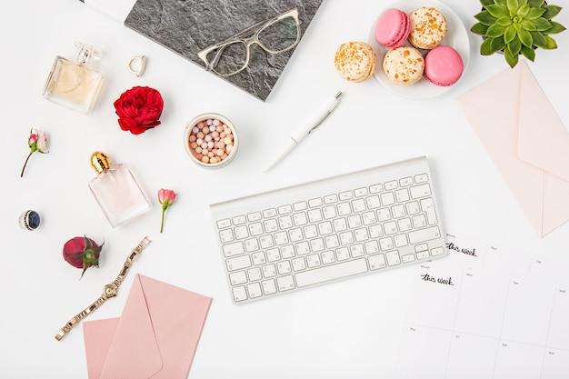 Vue de dessus de l'espace de travail féminin de bureau blanc avec pc