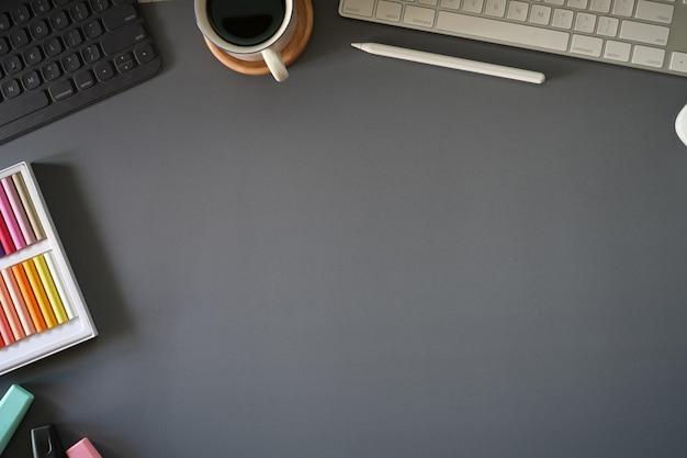 Vue de dessus, espace de travail gris foncé avec gadget de bureau et espace de copie