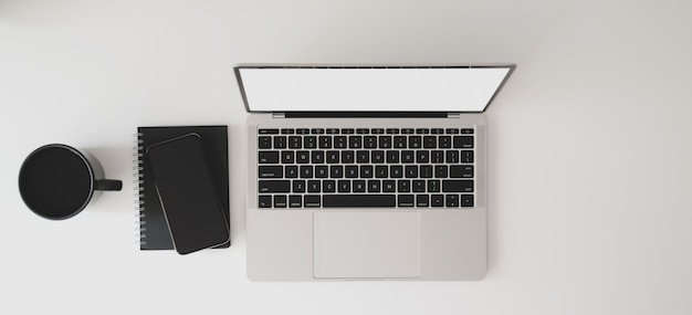 Vue de dessus de l'espace de travail moderne avec ordinateur portable, ordinateur portable et tasse à café