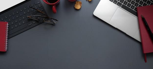 Vue de dessus de l'espace de travail moderne avec ordinateur portable et tablette avec fournitures de bureau