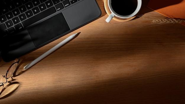 Vue de dessus de l'espace de travail avec ordinateur portable