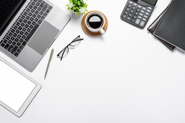 Vue de dessus de l'espace de travail avec le périphérique de travail du clavier à écran blanc vierge de la tablette. espace de copie.