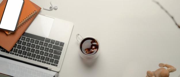 Vue de dessus de l'espace de travail portable avec ordinateur portable et ordinateurs portables