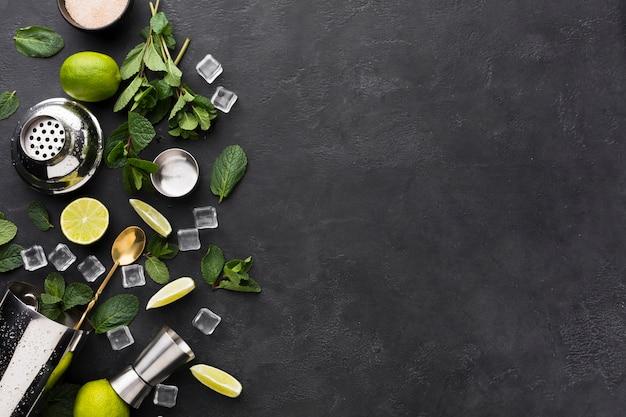 Vue de dessus des essentiels de cocktail avec espace copie