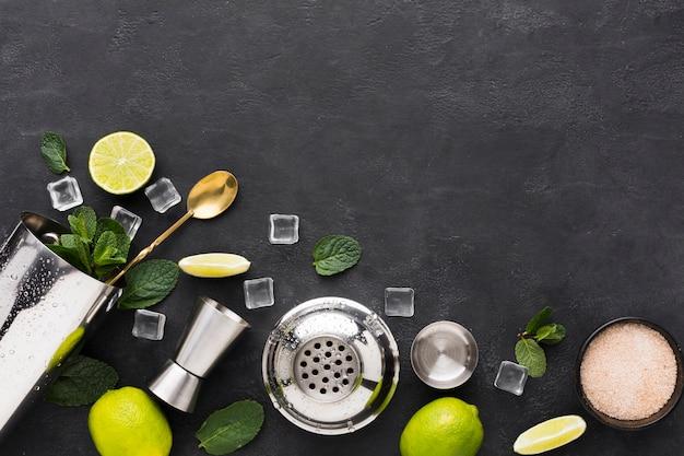 Vue de dessus des essentiels de cocktail à la menthe et au citron vert