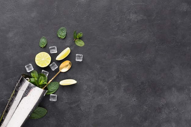 Vue de dessus des essentiels de cocktail à la menthe dans un shaker et un espace de copie
