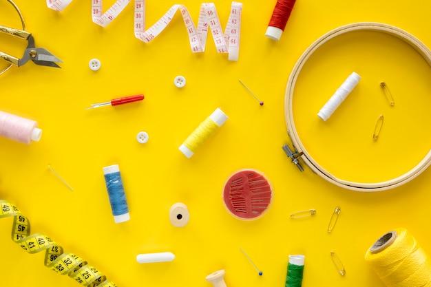 Vue de dessus des essentiels de couture avec fil et ruban à mesurer