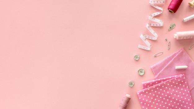 Vue de dessus des essentiels de couture avec ruban à mesurer