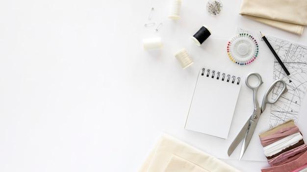 Vue de dessus des essentiels de couture avec des textiles et de l'espace de copie