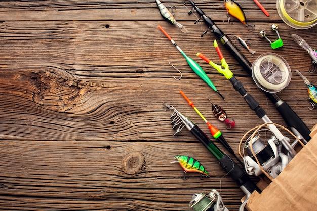 Vue de dessus des essentiels de pêche dans un sac en papier avec espace copie
