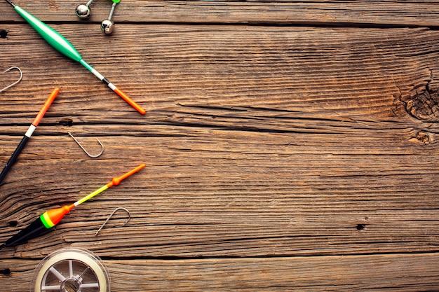 Vue de dessus des essentiels de pêche avec espace de copie et crochets