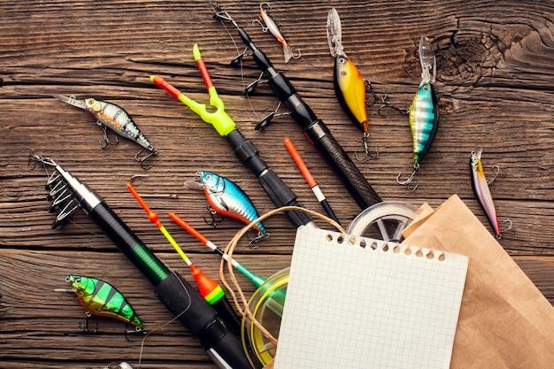 Vue de dessus des essentiels de pêche avec sac en papier et feuille de papier
