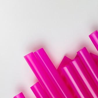 Vue de dessus étendre des pailles en plastique violettes
