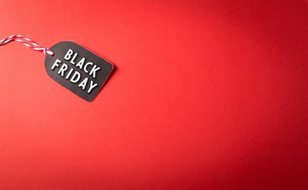 Vue de dessus de l'étiquette de vente black friday sur fond rouge