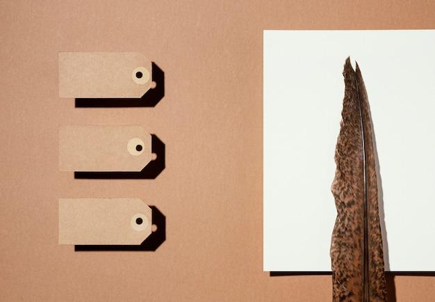 Vue de dessus des étiquettes en papier brun avec plume de copie