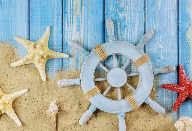 Vue de dessus étoile poisson la roue du capitaine du marin sur des planches en bois bleu