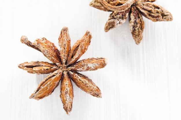 Vue de dessus: étoiles d'anis sur close-up de surface en bois blanc