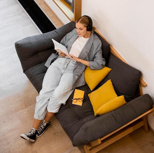 Vue de dessus étudiant lisant à la bibliothèque