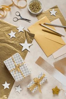 Vue de dessus fabrication et emballage pour le nouvel an