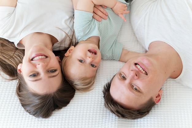 Vue de dessus famille heureuse avec enfant en bas âge