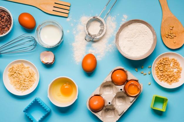 Vue de dessus de la farine de cuisson avec des œufs et du sucre