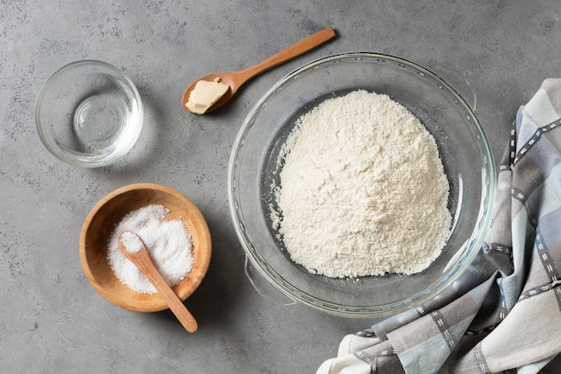 Vue de dessus de la farine et du sel dans un bol