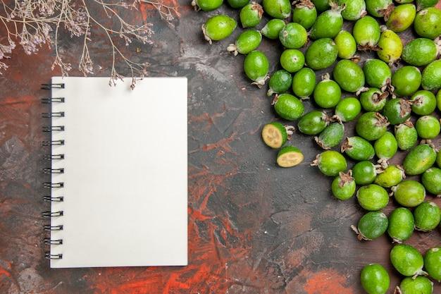 Vue de dessus des feijoas verts entiers et coupés naturels frais
