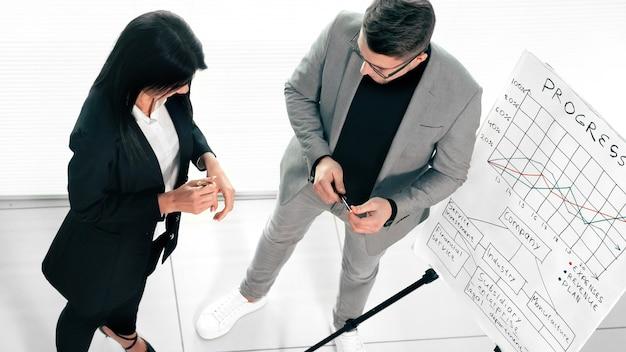 Vue de dessus. la femme d'affaires entame une réunion de travail avec l'équipe commerciale. rencontres et partenariats