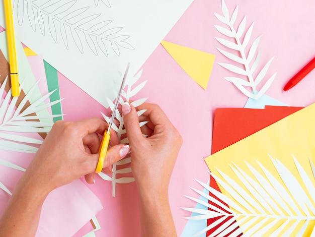 Vue dessus, de, femme, couper, papier, branches arbre