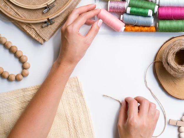 Vue de dessus d'une femme fabriquant des décorations