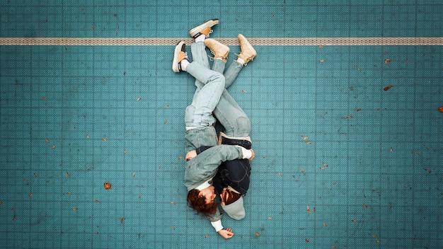 Vue de dessus femme et homme allongé sur le sol