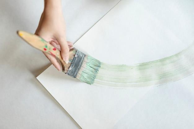 Vue de dessus, femme, peinture, grand, pinceau