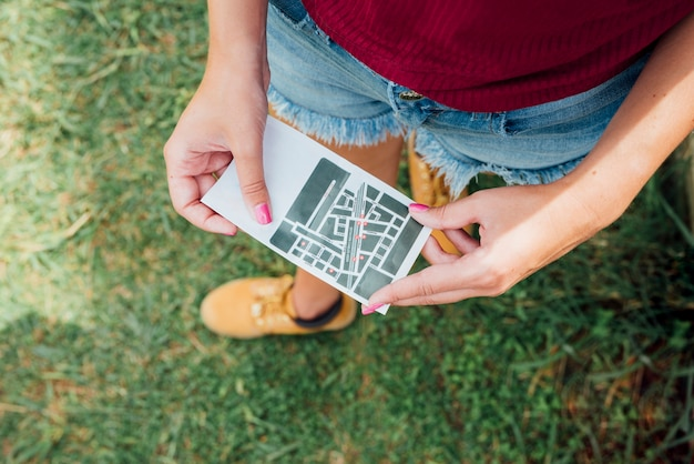 Vue de dessus d'une femme tenant une carte de direction