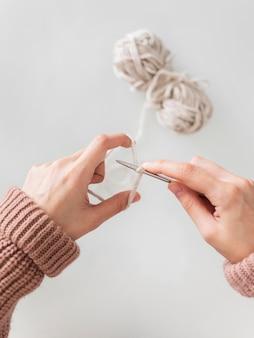 Vue de dessus femme tricot