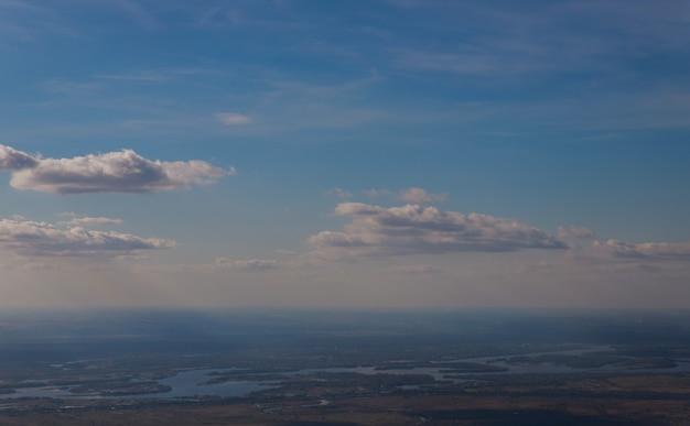 La vue de dessus d'une fenêtre de l'avion volant