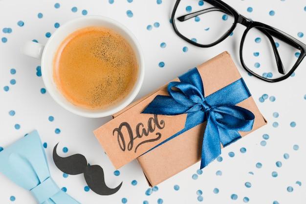 Vue de dessus fête des pères présente avec une tasse de café