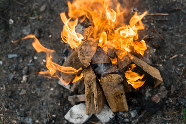 Vue de dessus feu de joie avec des flammes