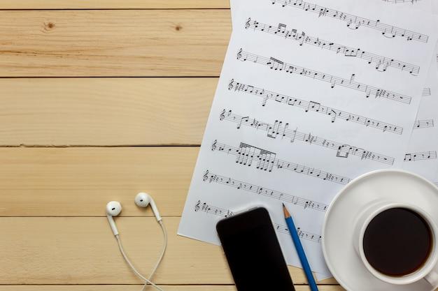Vue de dessus feuille de musique feuille de note et décoration de noël sur fond de bois