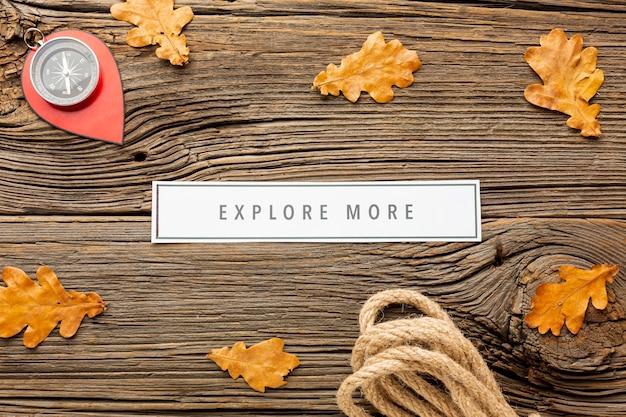Vue de dessus des feuilles d'automne et une boussole